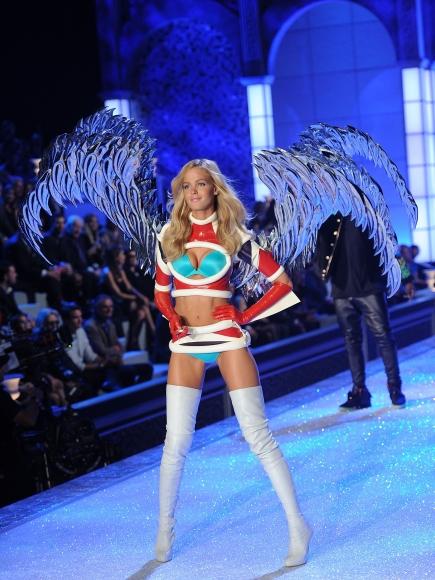 2011-Victorias-Secret-Fashion-Show-Runway-28-435x580
