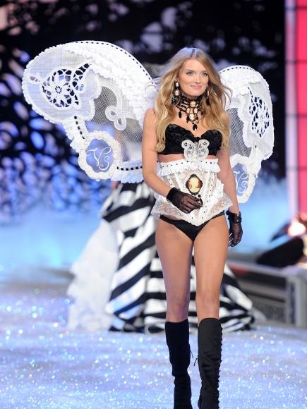 2011-Victorias-Secret-Fashion-Show-Runway-29-435x580